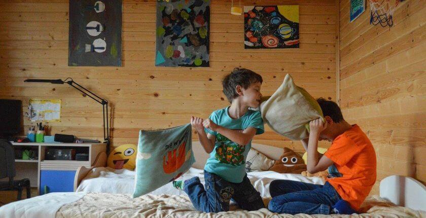 Da li detetu treba postavljati granice - tuča jastucima Brainobrain